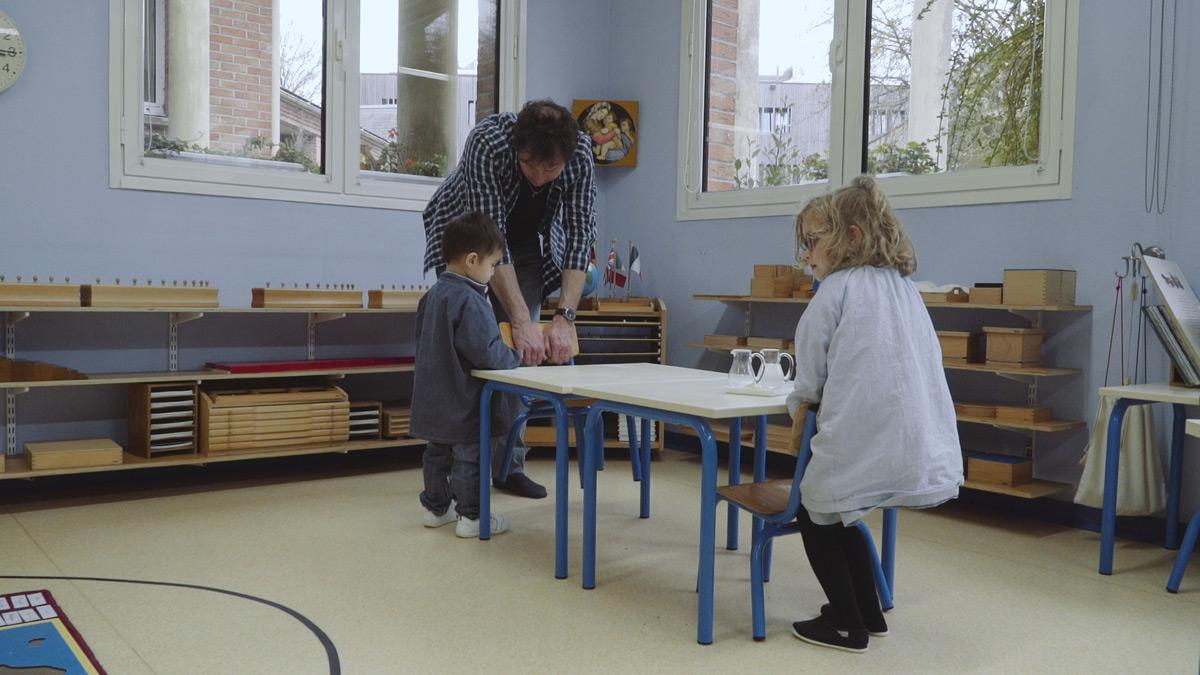comment porter une chaise le ma tre est l 39 enfant. Black Bedroom Furniture Sets. Home Design Ideas